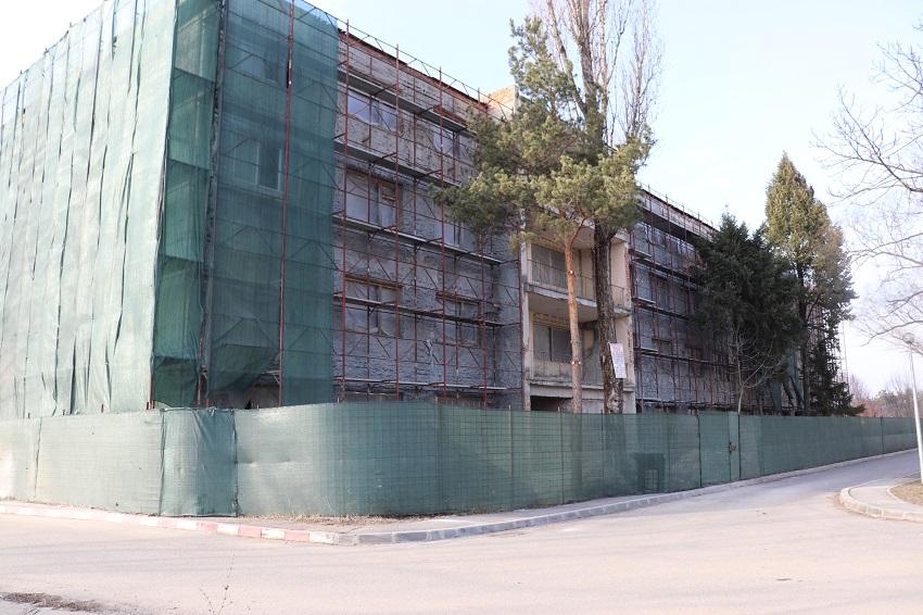 Lucrările de amenajare la Blocul C Grup Şcolar din Mioveni, în plină desfăşurare